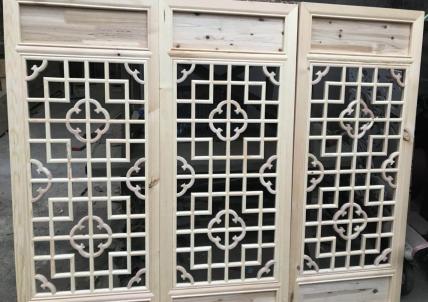三扇组合雕花门